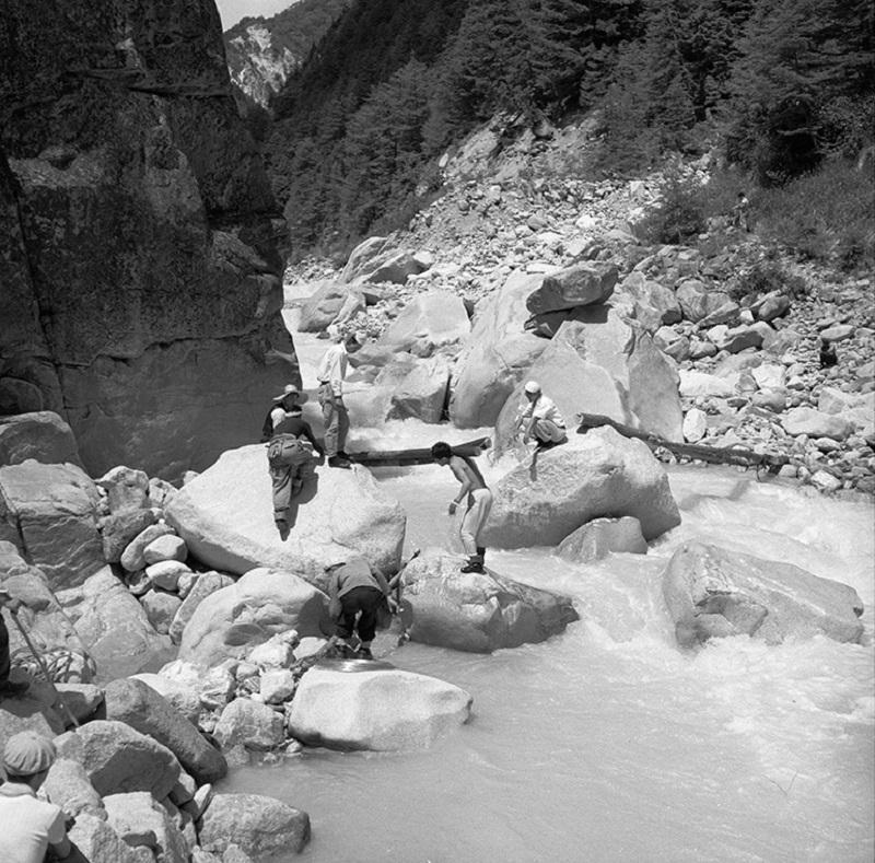 1955年伊藤新道の架橋作業(提供写真)