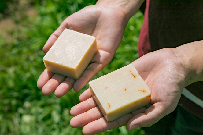 小古間さんオリジナルの石けん。左が<信州富士見豆乳せっけん>、右が<自家製カレンデュラと富士見産ニホンミツバチのミツロウの石けん>