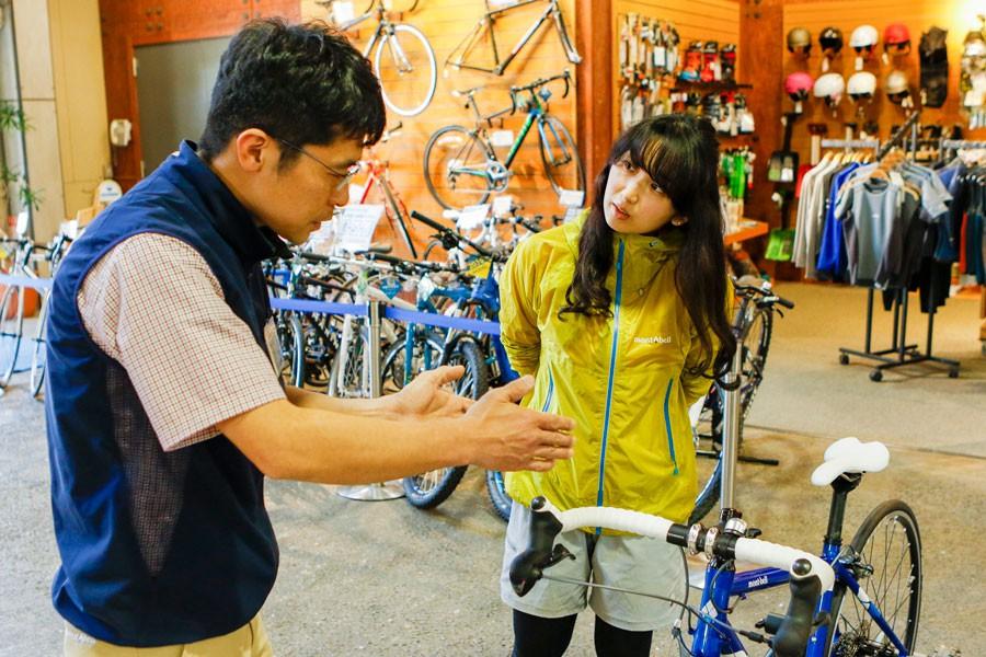 ロードバイクの仕組みや選び方について、いろいろと教えてくれたのは同店舗勤務の山内史比古さん