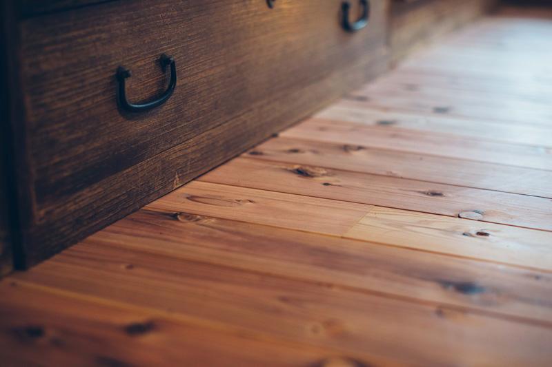 浩さんが自ら張った床板は奥多摩原産のスギだ。