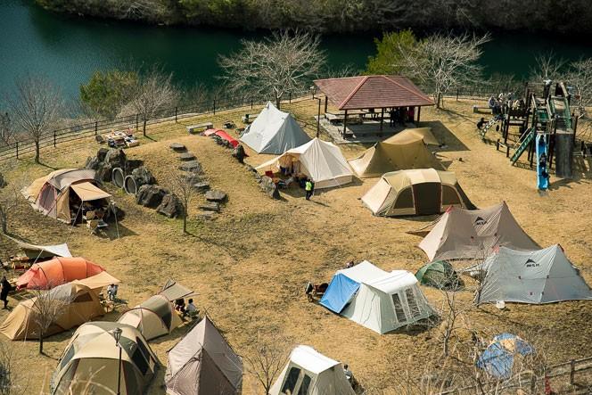 キャンプサイトでは流行りのテントも並ぶ。情報が入ってきにくい中で、確実にその熱は高まってきている