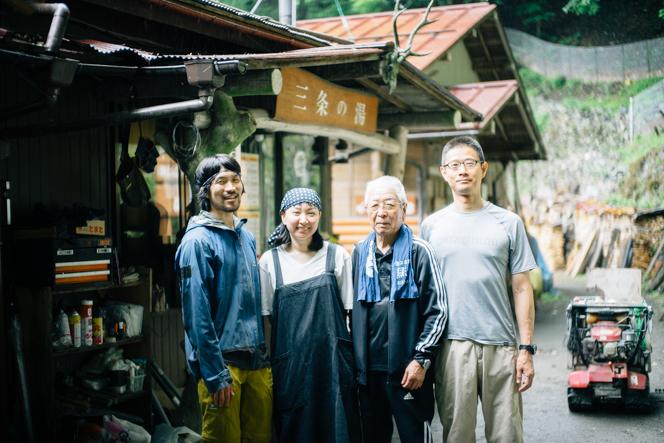 左から山岸さん、同僚のハタさん、ボランティアの倉さん、石川さん。
