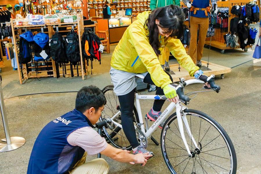 肘と膝が伸びすぎず、曲がりすぎない位置を探りつつサイズを調整していく。スポーツバイクを購入の際は、「専門店にて必ずフィッティングを行ってほしい」とのこと