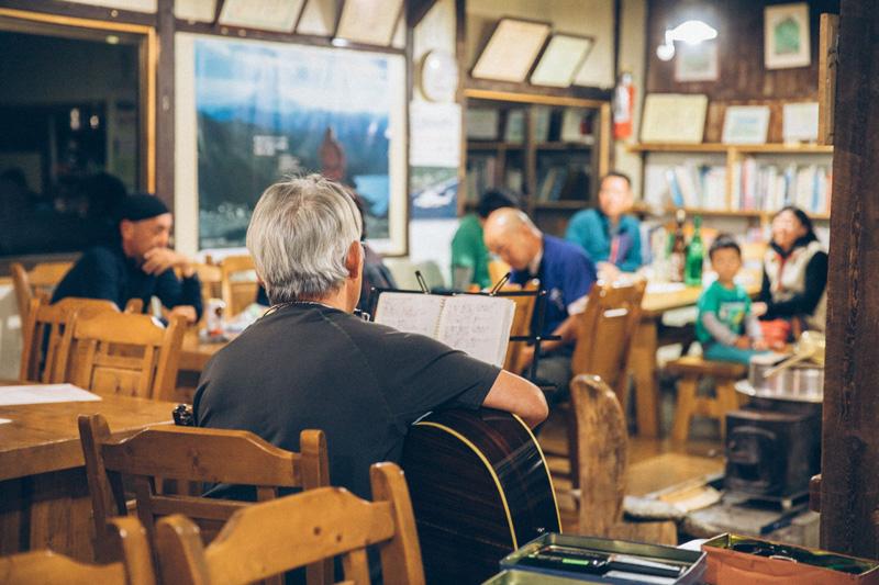 話の合間に、時折、竹内さんがフォークソングを歌います。