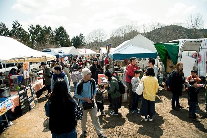 他にも地元の飲食店やパン屋、おばちゃんたちの作る焼きそばなど、人でいっぱい