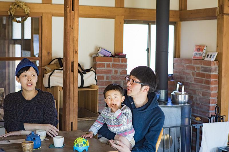 お話をうかがった埋橋幸希さんと、智徳さん。そして、愛らしい拓次君