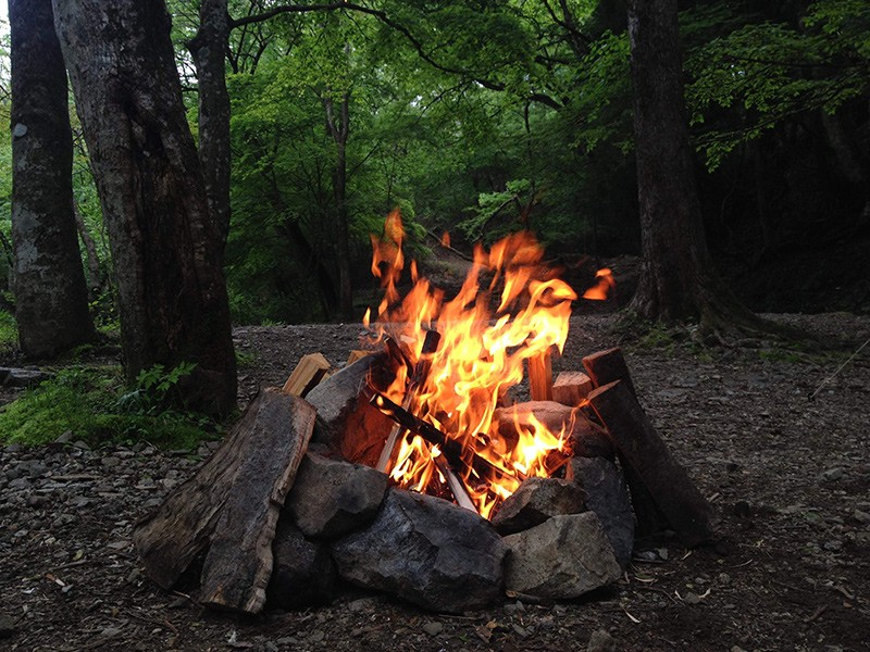 フィールドワークでは実際に火をおこして講義での学びを深めます
