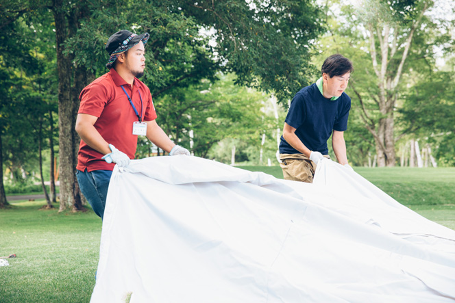 翌日のイベントのため八ヶ岳自然文化園の芝生広場に大きなテントを張るスタッフと林さん