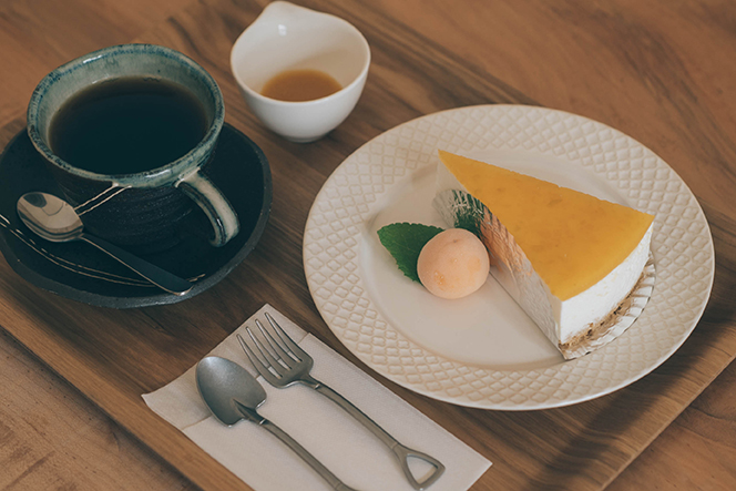 食用ホオズキを使ったケーキは奥さんが担当。守茂さんが焙煎したコーヒーとともに。