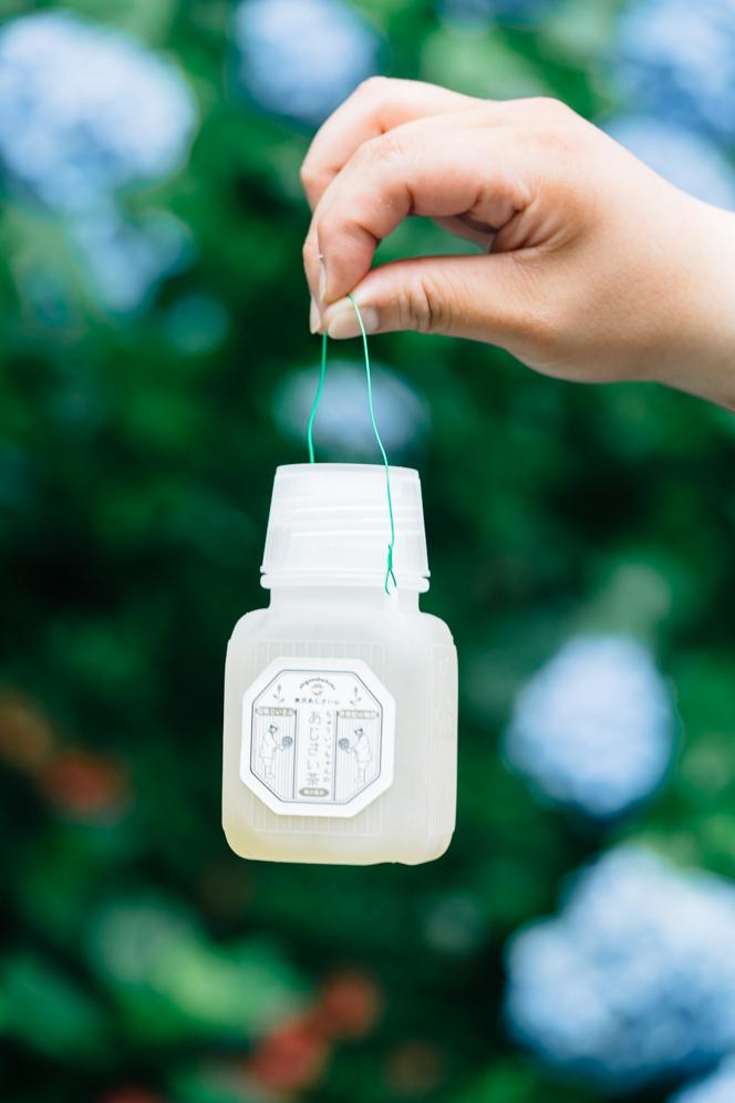 甘茶と呼ばれるあじさい茶は、砂糖の300〜400倍とも言われる天然の甘さが特徴。280円で販売。