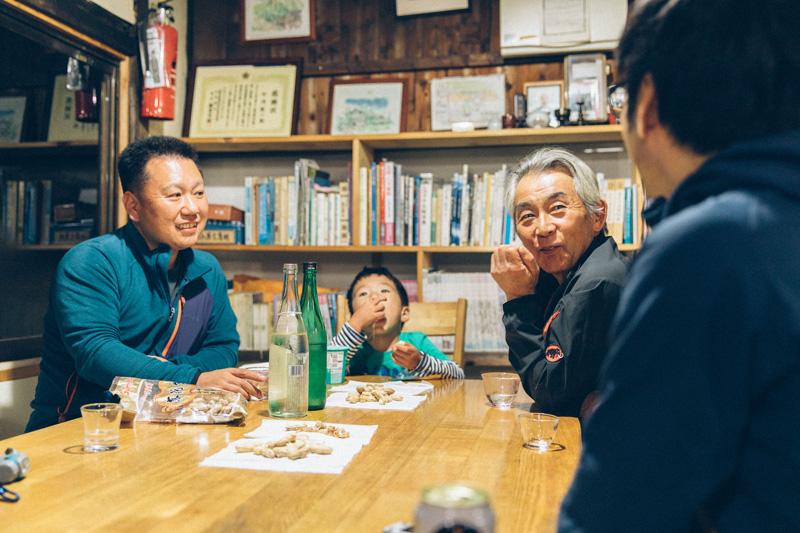 千葉から来た常連Bさん(左)とその息子さん(中央)小屋のご主人竹内さん(右)