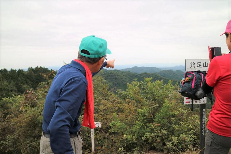 山頂で会ったハイカーさんに、コースの説明をする加藤さん。