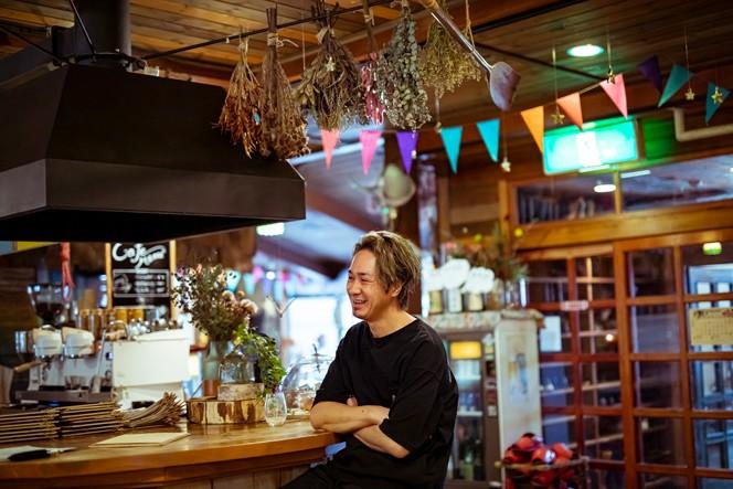 埼玉県出身のマメさん。東京で飲食業の経験を積んだあと、2015年に信濃町へ移住