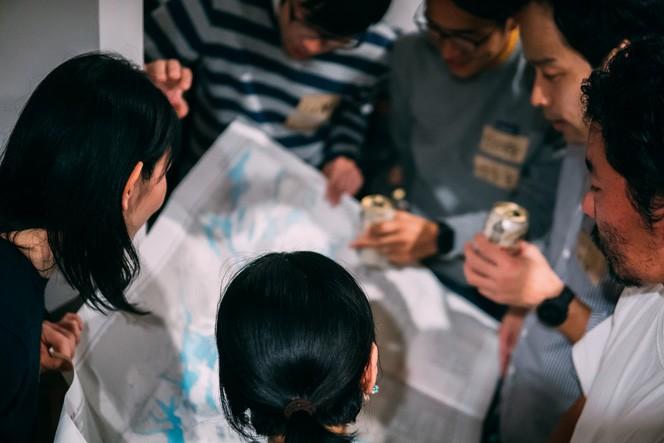 西日本の地図を広げて、何やらアウトドアトークを…