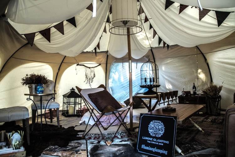 ASPLUNDによる、サーカス団員を想起させる遊び心あるテント