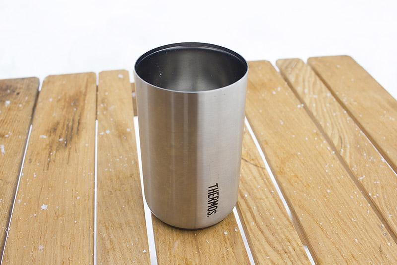 サーモスの「保冷缶ホルダー」。本来付いているシリコンの滑り止めを取り外し、カップとしても使っています。ステンレス生地のタイプは現在日本では未発売。