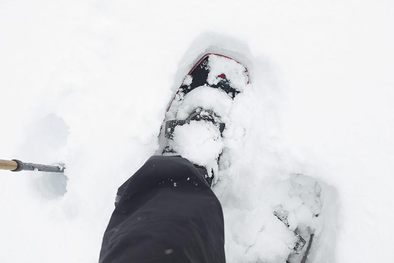 上の写真と同じところをスノーシューで歩こうとすると、15cmほどは沈みますが、それでも靴のままで歩くのとは大違い。靴のままだとヒザ下まで沈んでしまいます。