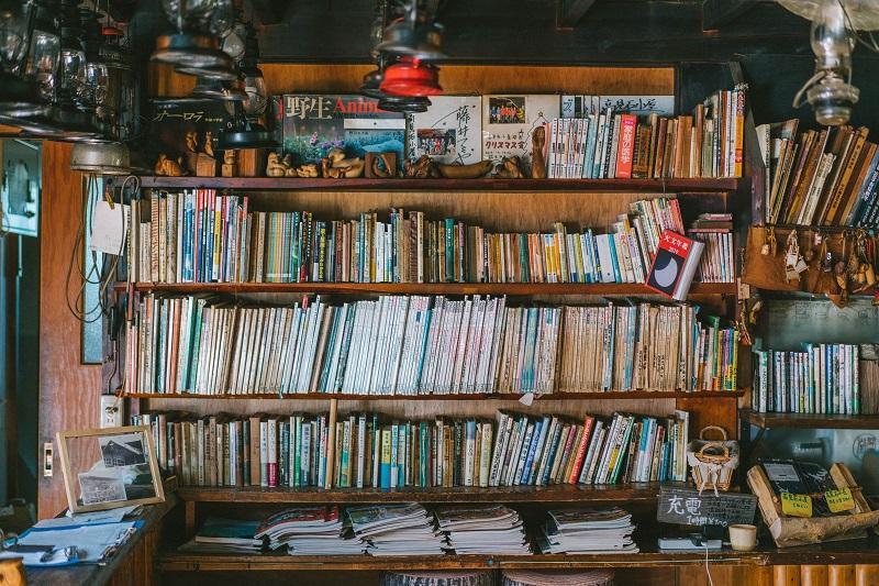 本棚には星に関する資料もいっぱい