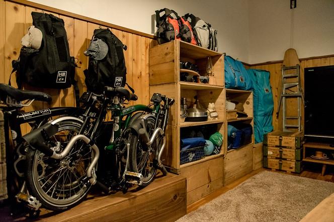 壁にはキャンプ道具以外にも、自転車やカヤックの道具がずらりと並ぶ