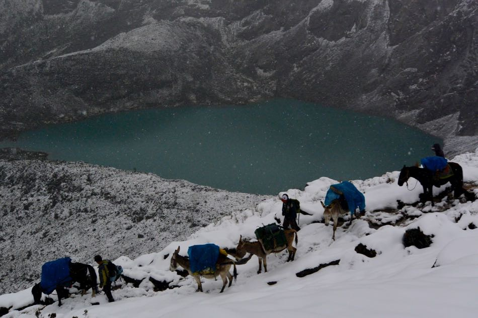 ペルー・ワラス。夏にもかかわらず山頂付近では雪が舞っていた