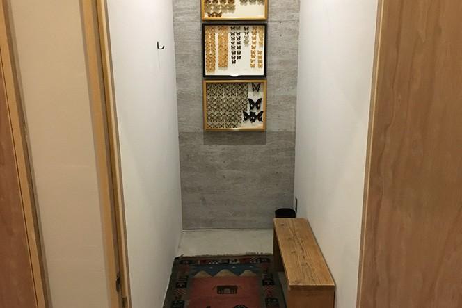 広々とした授乳室。壁には蝶々の標本が飾られています