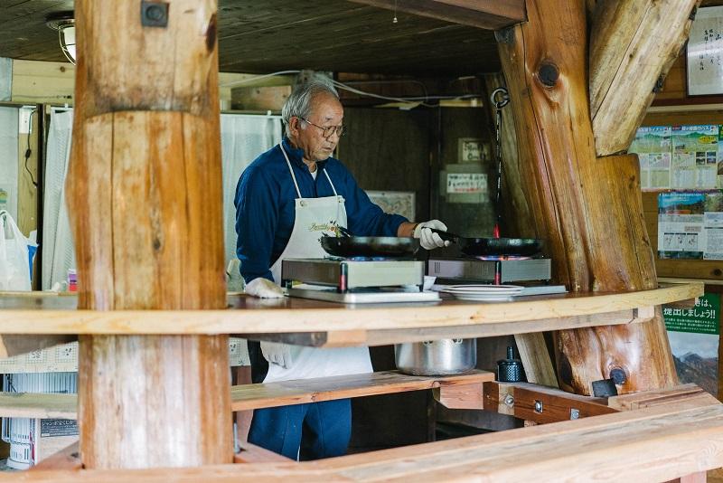 厨房担当の島田さんは、もともと植木さんのスキーロッヂの調理人