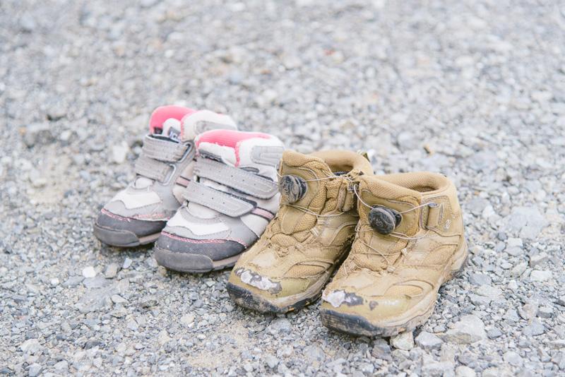 左が初代の登山靴。右が今も(取材当時)履いている2代目だ
