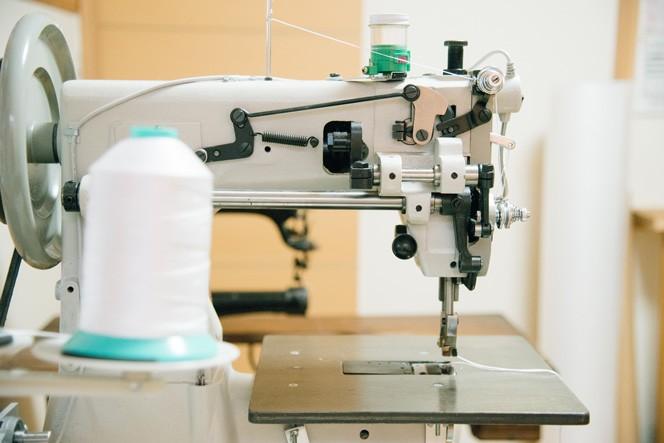 ミシンも活用するが、細かな作業が多いため基本的にはひとつひとつ手縫いで作っている