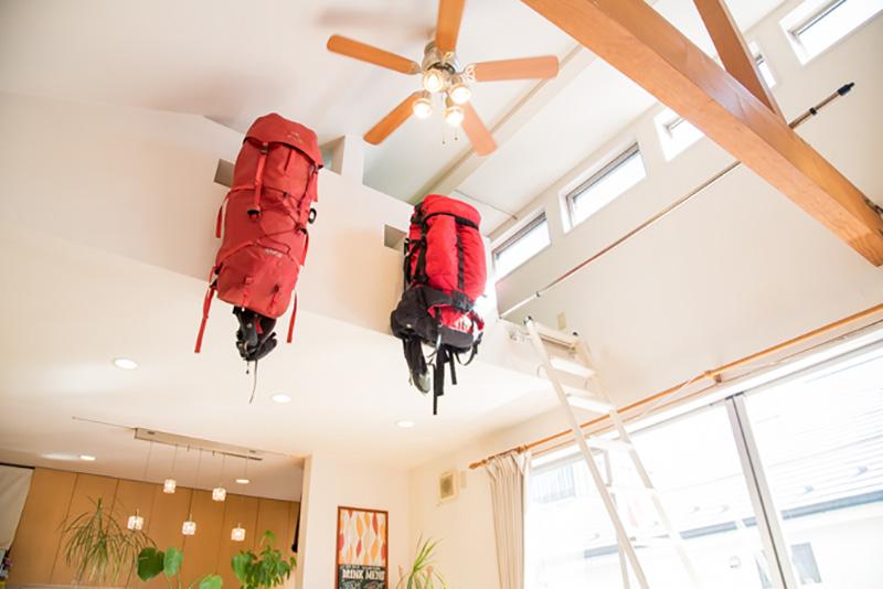 置き場所に困りやすい大型のバックパックは、天井の高さを利用してロフトの外壁に。飾られているのは、縦走登山のときに愛用しているミステリーランチとアークテリクスのもの