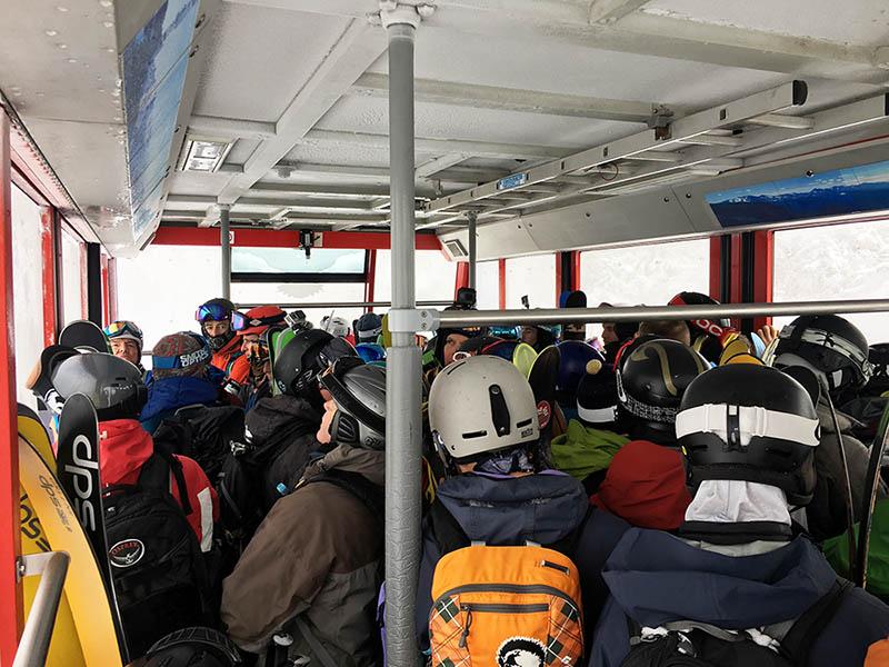 平日は海外からのお客さんが大半!そして全員アウトドアブランドのウェアに身を包んだ山装備なんです。