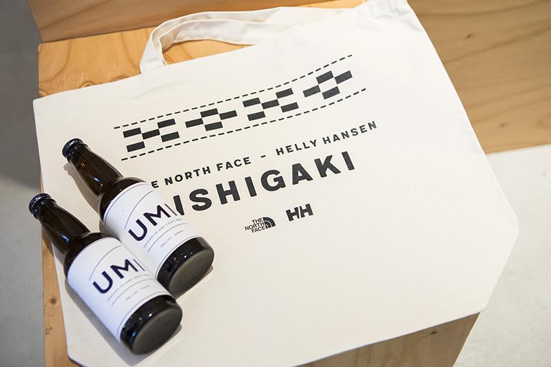 オープニングパーティーの来場者には、石垣店限定のノベルティーとしてトートバッグとクラフトビールがプレゼントされた。トートバッグには沖縄県の伝統的織物であるミンサー柄がデザインされている