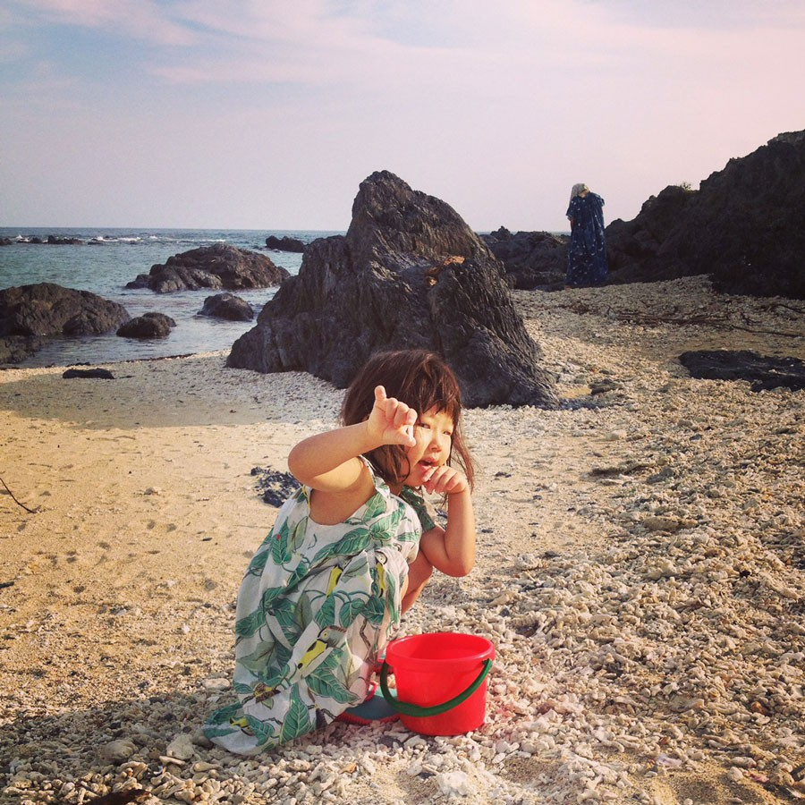 タイドプールで貝拾いをする娘のあなんちゃん(提供:ミキさん)