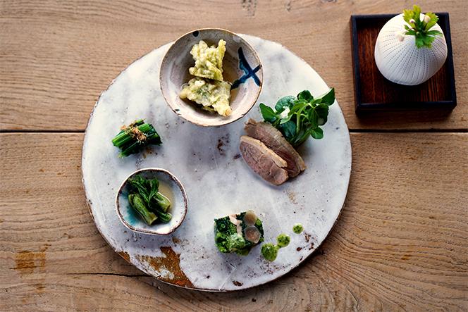 天然山菜の前菜プレート。山菜と鴨のテリーヌ(手前)など、一品一品に心がこもっている