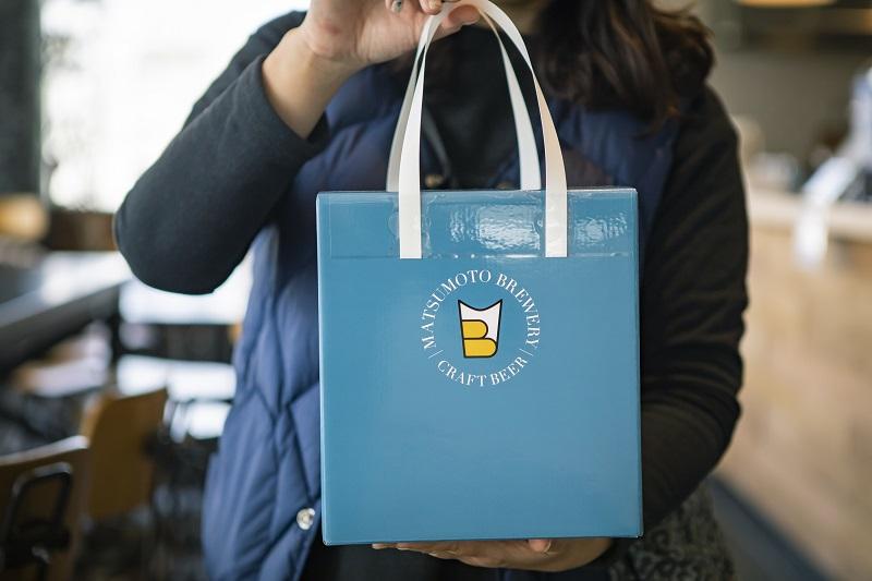 今回紹介したボトルビールもすべて購入可能。お土産にもぴったりな持ち帰り用箱バッグもありました