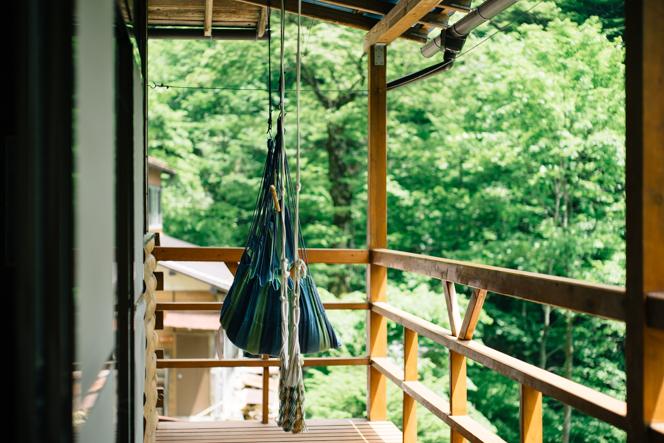 原生林を一望するテラスにハンモックを設置したのは山岸さん。人気のスペースだ。