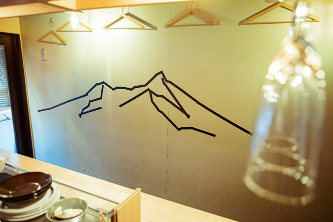 1階の壁面には八ヶ岳の山脈が