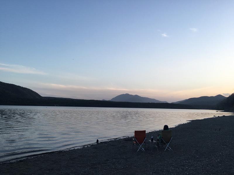 西湖の自由キャンプ場にて。日暮れはタープの下を出て湖畔で過ごす(写真/菅沼さん提供)