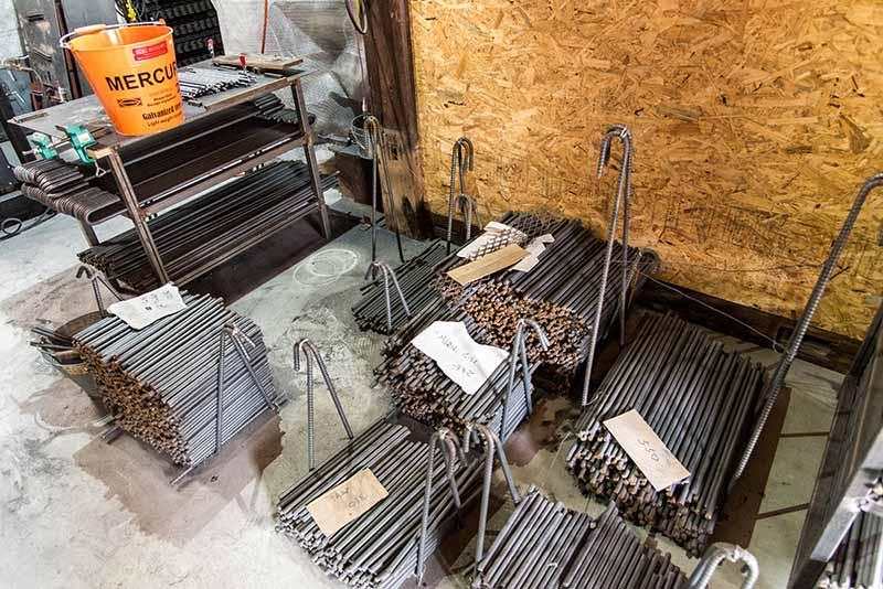 工房は無論、所狭しと鉄がズラリと並ぶ