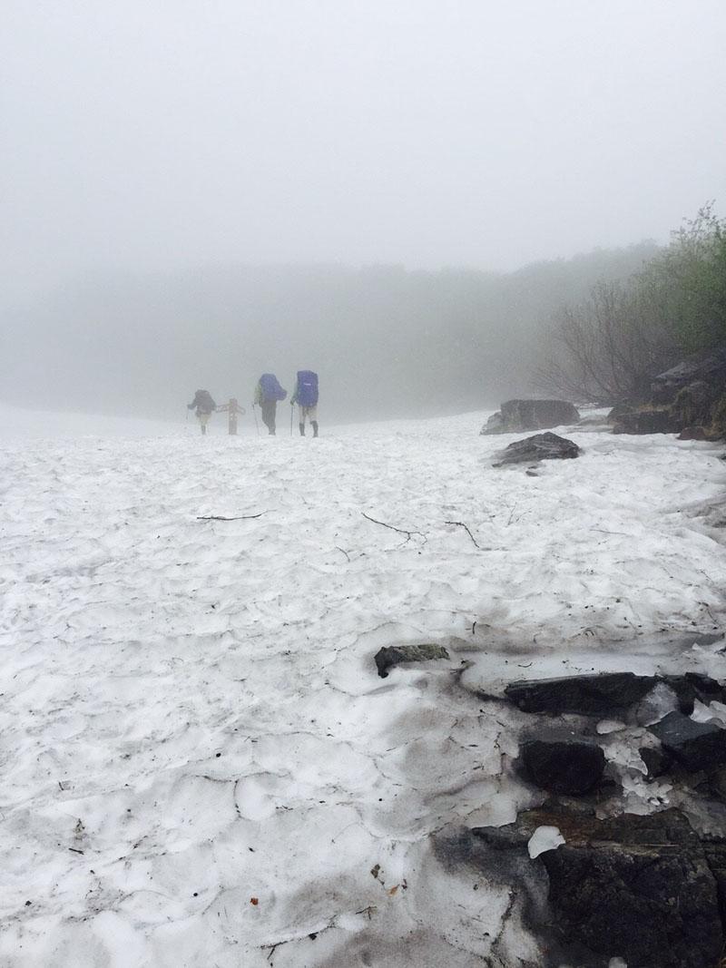 初登山となった涸沢。7月でも雪が残っており雪の上にテントを張った(提供:沙彩さん)