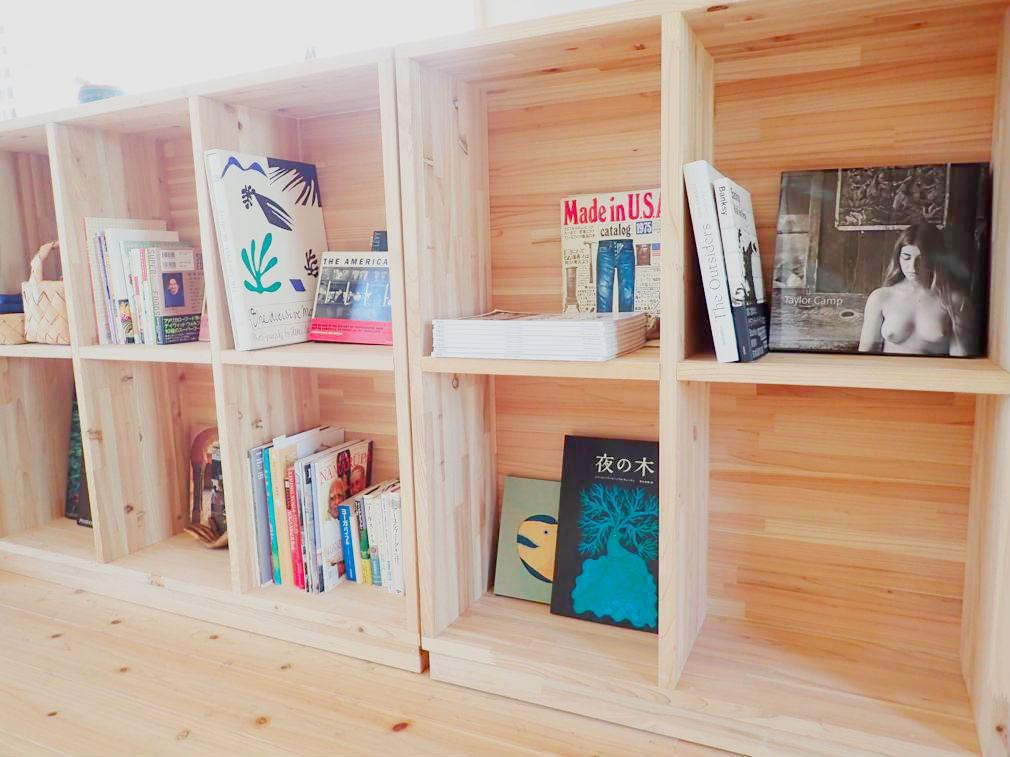 ヨガスタジオの本棚には、ミキさんとご主人がそれぞれ選書した本が飾られている