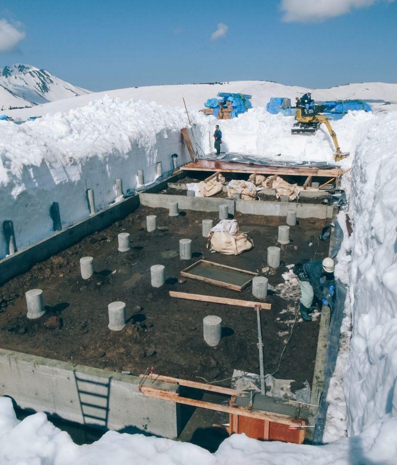 2009年8月に旧山小屋を取り壊し、10月までに基礎と簡易宿舎を建設。翌2010年6月に基礎を雪の中から掘り出し、建築が始まった(提供写真)