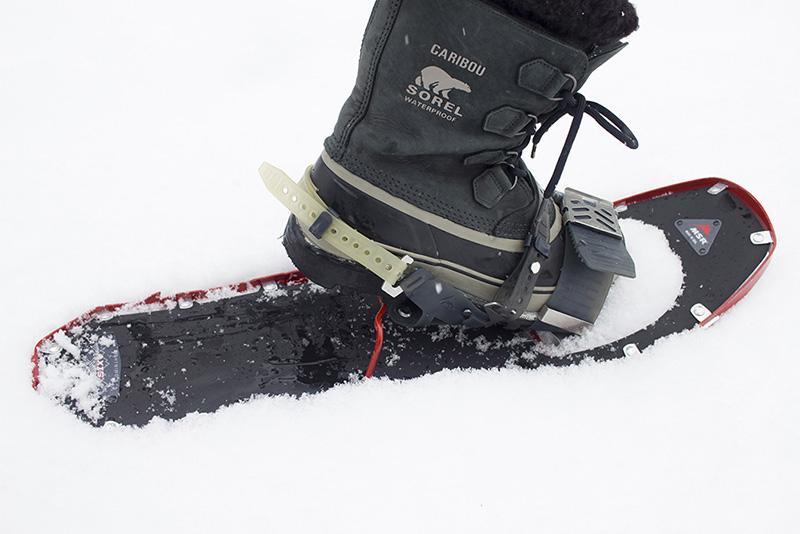 シューズのヒールを支えているワイヤー状のパーツがヒールリフター。急斜面にさしかかったら、トレッキングポールでリフターを引っ掛け、立てて使います。