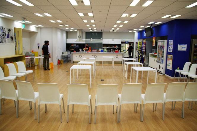 会場準備中、オープン前のオプトカフェ