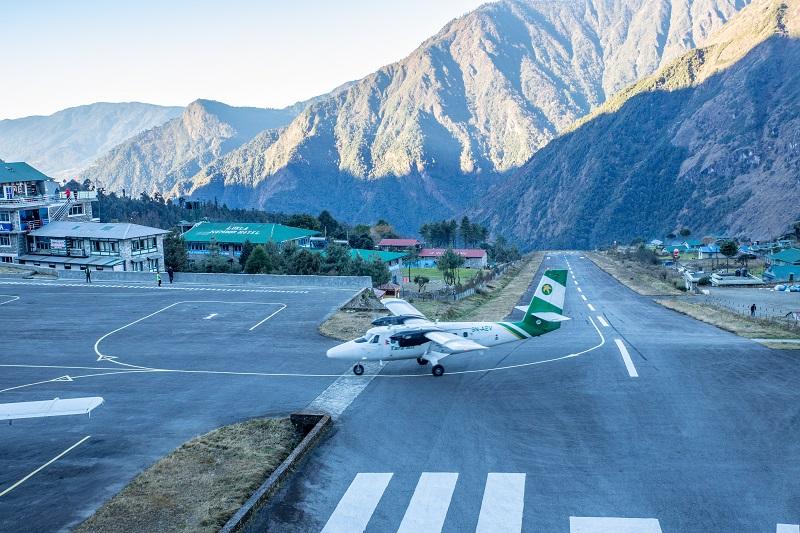 ルクラのヒラリー・テンジン空港は山複に位置しており、滑走路の終端は崖。【世界一危険な空港】と呼ばれているそうです。