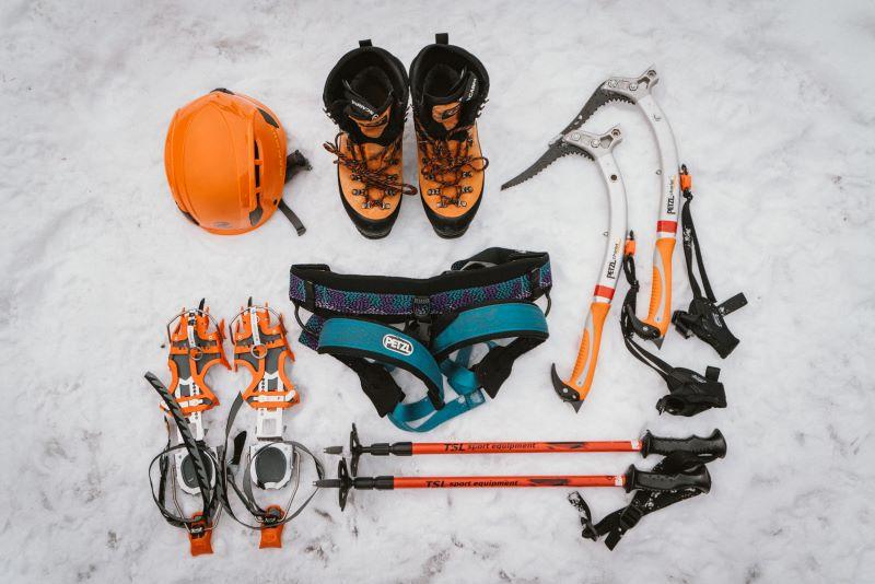 アイスクライミング の基本装備。ストックは、アイスギャラリーへの往復の雪道用