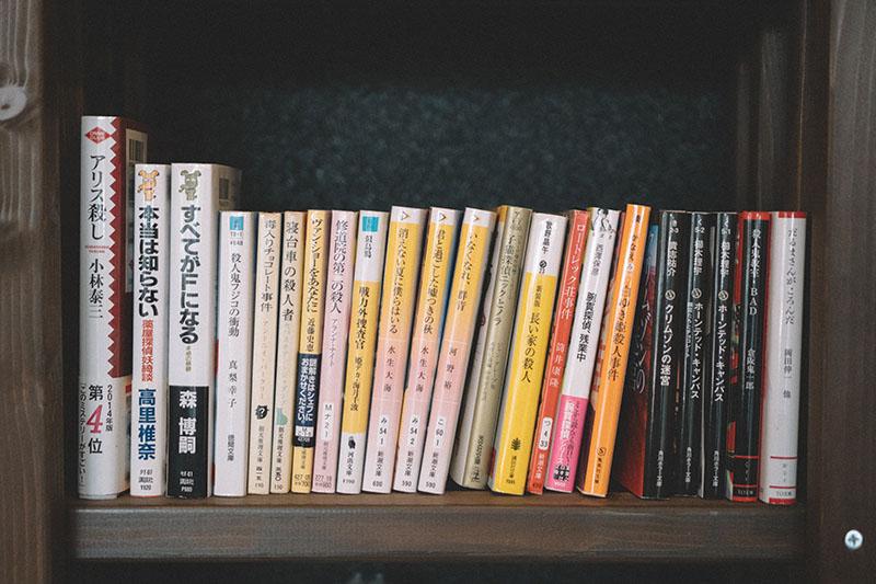 本棚の一角にはミステリーがずらり