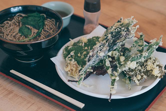 山菜と自家製野菜の天ぷらそば。普段味わうことのできない珍しい山菜がたっぷり。