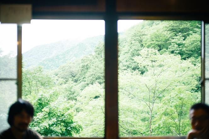 食堂の窓からは、四季折々の美しい借景を楽しめる。