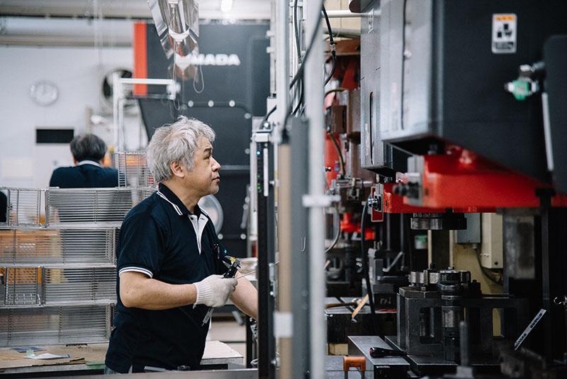 新越ワークスの工場の様子。たくさんの金網製品が作られていた