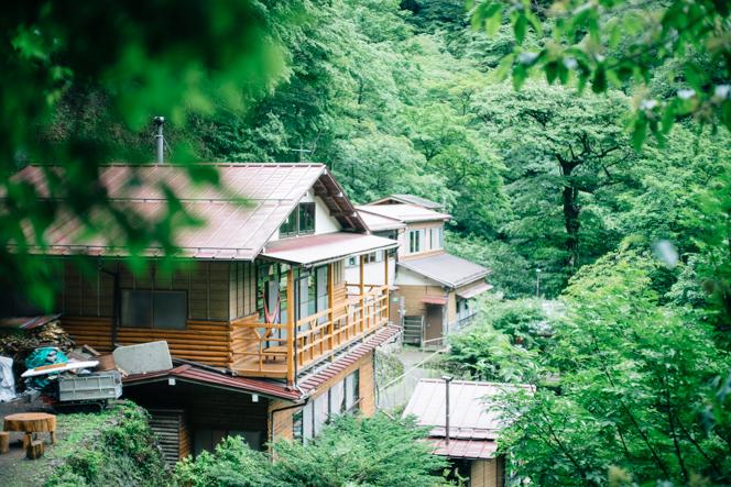 原生林に囲まれた山小屋では、四季折々の美しい景色が楽しめる。
